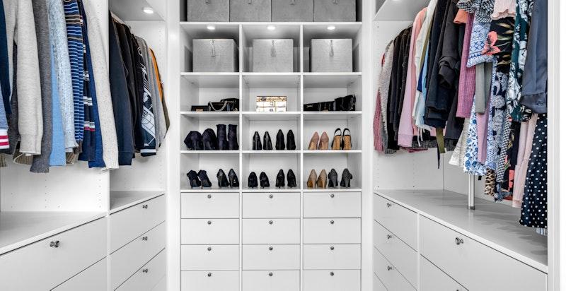Stor walk-in-garderobe med god plass til klær, sko, smykker, vesker, m.m.