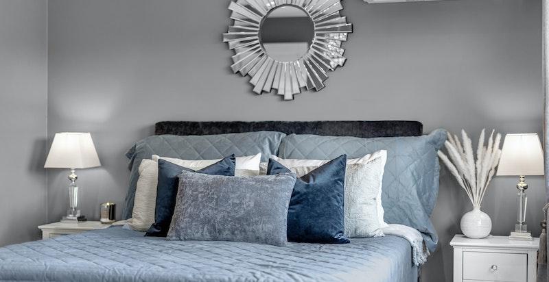 Hovedsoverommet er romslig med god plass til dobbeltseng med tilhørende møblement.