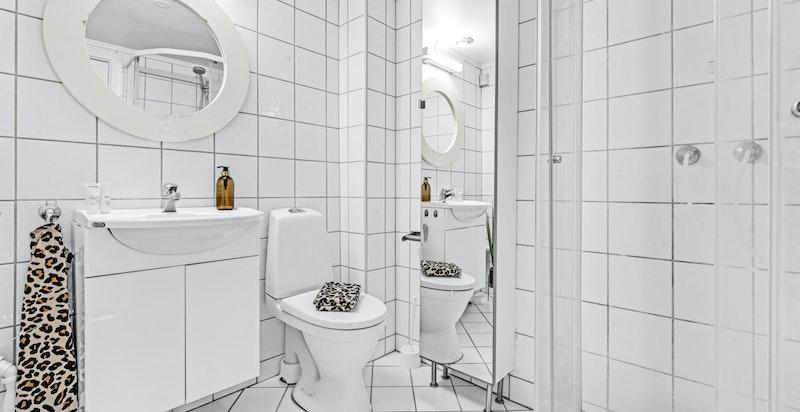 Flislagt baderom med wc og dusjkabinett