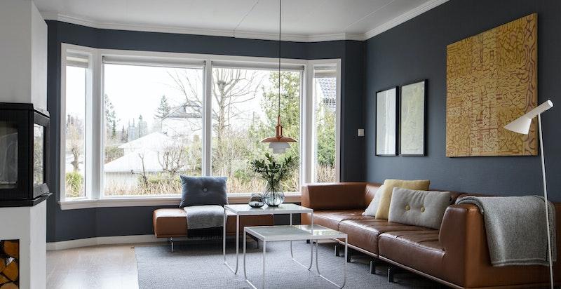 Salongdel og panoramavinduer ut mot egen gårdsplass