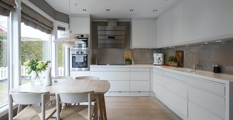 Stort kjøkken med spiseplass. Velutstyrt med bl.a. kokevannskran, ovn + ovn/mikro, corian benkeplate.