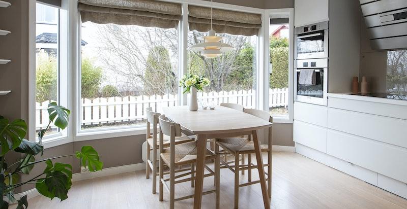 Hyggelig utsikt fra de store vinduene og utgang til kjøkkenterrasse