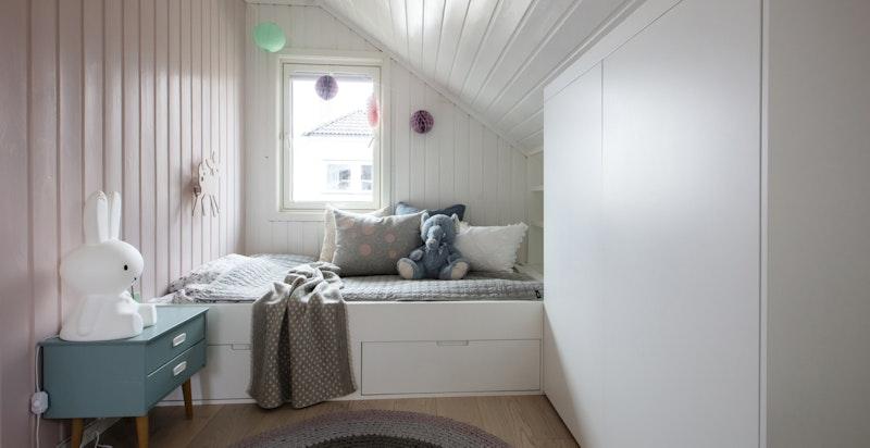 Soverom nr 4 med snekkertilpasset seng, skap og hyller