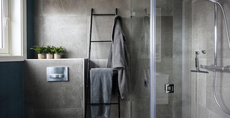 Badet i 2. etasje er lekkert oppusset i 2017 med fliser og microsement