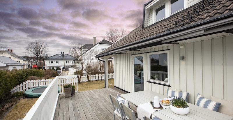 Ut fra stue er det en stor og solrik terrasse med utgang til hage