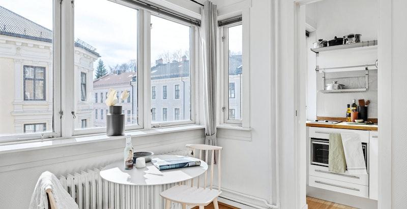 Hyggelig spiseplass ved vindu