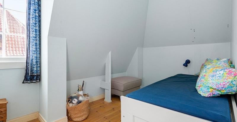 Plass til seng med tilhørende møblement etter ønske.