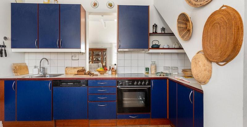 Kjøkkenet ligger i en separat løsning fra stuen.