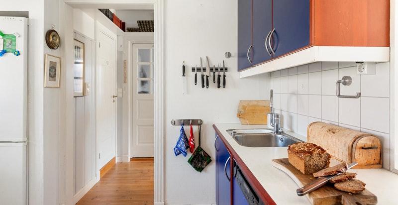 Kjøkkenet er videre utstyrt med kullfilter vifte, integrert komfyr, platetopp og oppvaskmaskin.