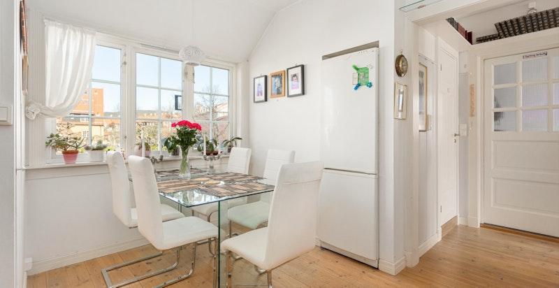 Det er en hyggelig plass til spisebord på kjøkkenet.