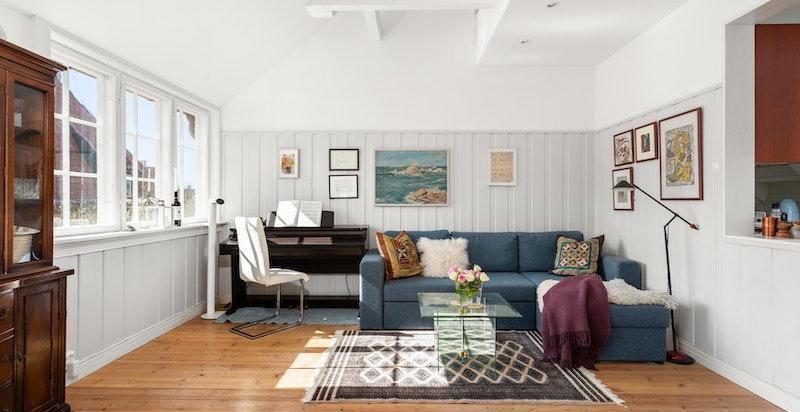 Det er god plass sofaseksjon og øvrig møblement etter ønske og behov.