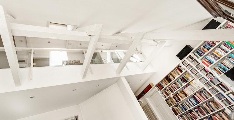 Stuen er svært luftig med god takhøyde og åpen himling mot loft.
