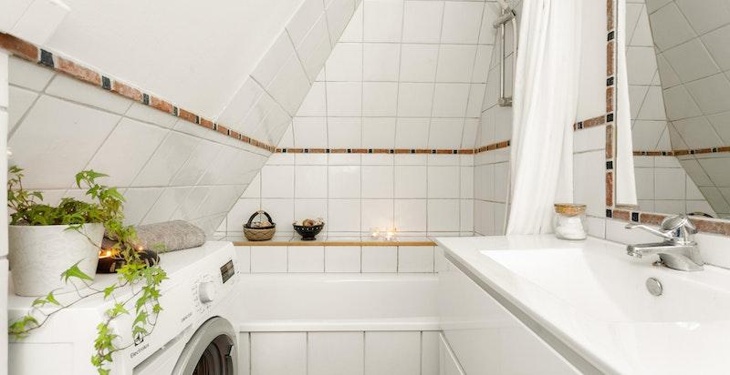 Badet ligger i hovedetasjen.