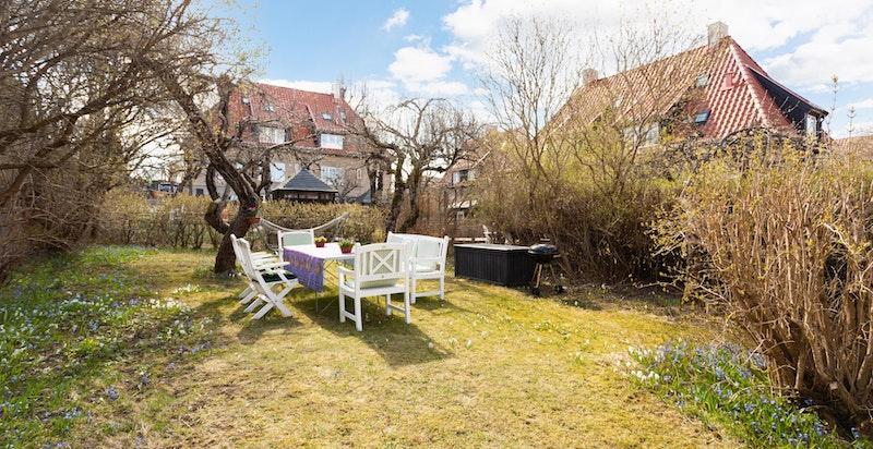 Fra boligen har du enkel adkomst til egen, solrik hageparsell.