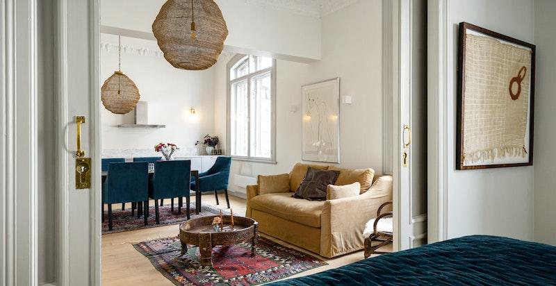 Leiligheten har en åpen og moderne planløsning med god plass til TV stue og spisestue.