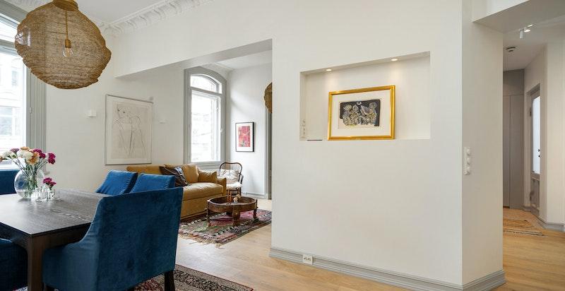 Det er også stedtilpassede garderober på begge soverommene og i entreen.