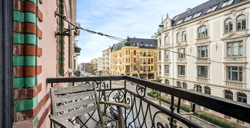 Leiligheten har en sydvestvendt balkong med særdeles gode sol- og lysforhold.