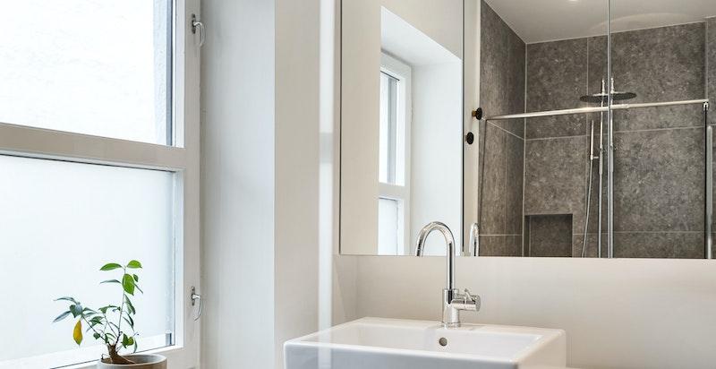 Det er valgt svært gode materialer gjennomgående på dette baderommet. Bestill prospekt for detaljert beskrivelse.