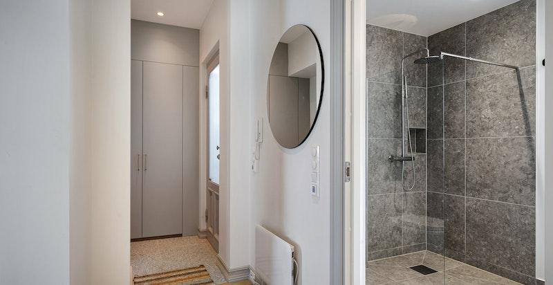 I denne leiligheten harmonerer det moderne med det klassiske.