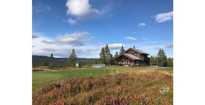 Nesfjellet golfbane er en 9 hulls fjellbane.