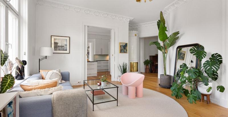 I stuen er det montert en pen kakkelovn som både er et flott smykke til rommet.