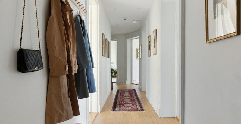 Lys og hyggelig entré med plass til oppbevaring av sko og yttertøy. Leiligheten disponerer tre romslige boder i kjeller.