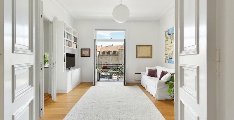 Boligen har to hyggelige balkonger, hvorav én har utgang fra tv-stuen.