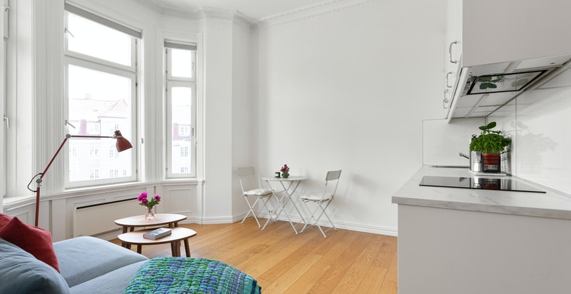 Utleiedelen har en åpen stue/kjøkkenløsning, og de store vinduer er gjennomgående for hele boligen.