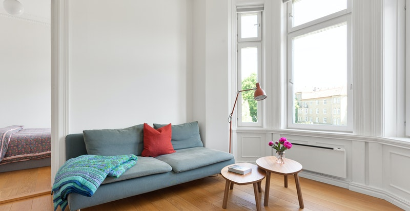 Stuen/kjøkkenet har plass til sofamøblement og spisebord i tilknytning kjøkkenet.