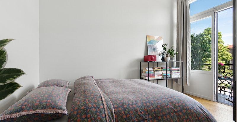 Lyst og hyggelig soverom med utgang til balkong.