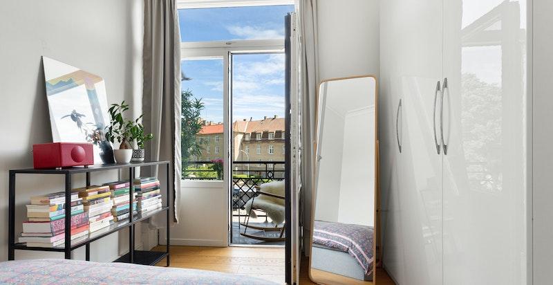 Soverommet har god plass til dobbeltseng med tilhørende møblement og rikelig med garderobeplass.