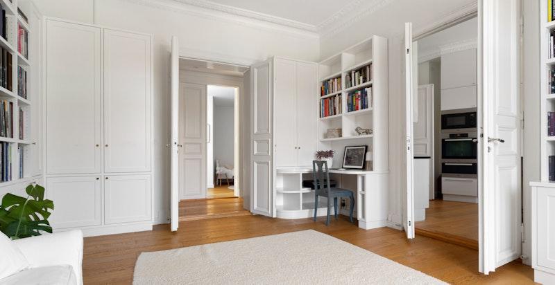 Fra kjøkkenet ligger tv-stuen som fint kan åpnes og lukkes etter behov med doble fløyelsdører. Stuen kan innredes etter behov, og har i dag blant annet en praktisk kontorløsning.