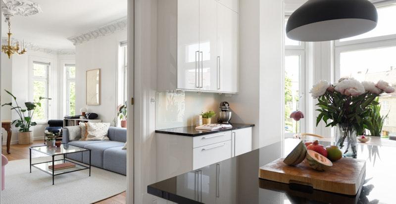 Fra dagligstuen ligger kjøkkenet i en delvis skjermet løsning, men som samtidig åpner opp for sosialt samvær.