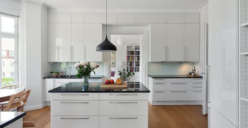 Integrert i innredningen følger plateopp, varmeskap, stekeovn, mikroovn, og oppvaskmaskin i tillegg til frittstående kjøl - og fryseskap plassert i nisje. Alle hvitevarer er fra kvalitetsmerke Miele.