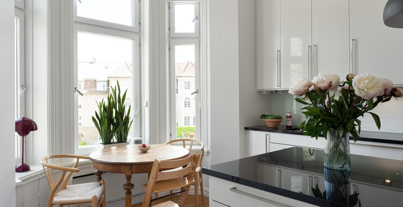 Det er også plass til hyggelig spiseplass på kjøkkenet med vakkert utsyn mot parken.