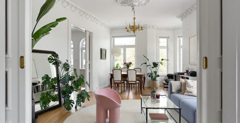 Leiligheten har heisadkomst til 3.etasje, og innvendig blir du møtt av vakre, klassiske detaljer.