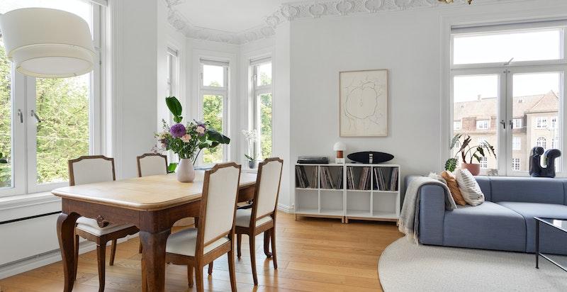 Stuen har god plass til både spisebord og sofaseksjon - et sosial og hyggelig oppholdsrom.