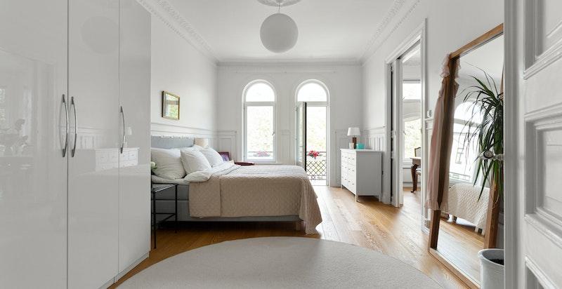 Hovedsoverommet er svært romslig med god plass til både dobbeltseng og rikelig med garderobeplass.