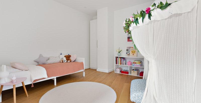 God plass til seng, garderobe og øvrig soveromsmøblement.