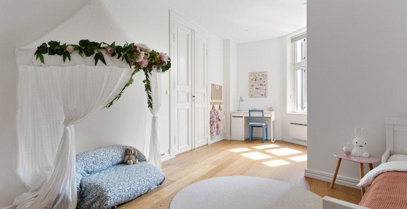 Det andre soverommet i hoveddelen er også av god størrelse, og fungerer ypperlig som barnerom, gjesterom, kontor eller det man måtte ha behov for.