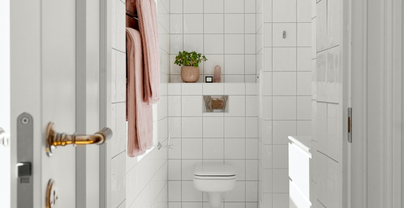 Badet er lyst og tidløst med behagelige varmekabler i gulvet.