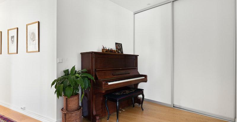 Boligen har en romslig hall med god plass til diverse innredning og rikelig med garderobeplass.