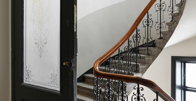 Gården har et representativt og godt vedlikeholdt inngangsparti, og åpne trappehaller med originale bevarte detaljer.