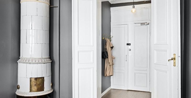 Inngangsparti med inngang til stue