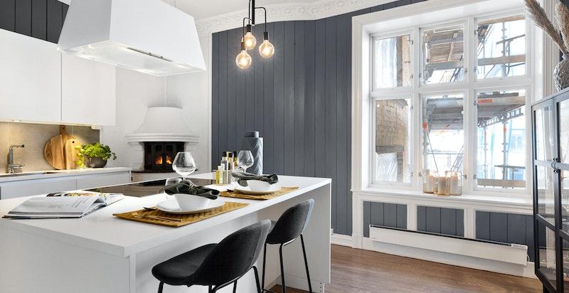 Flott kjøkken med store vindusflater og hyggelig utsikt mot rolig bakgård