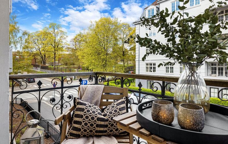 Velkommen til Eckersbergs gate 13 A - en vakker klassisk 4- roms med to balkonger, 2 (3) ildsteder og rolig beliggenhet nær Frognerparken
