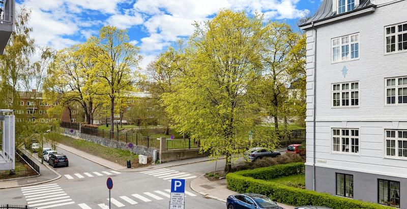 Fint utsyn til parken ved den amerikanske ambassadørboligen. Videre bak ligger Vigelandsmuseet og fine rekreasjonsområder.