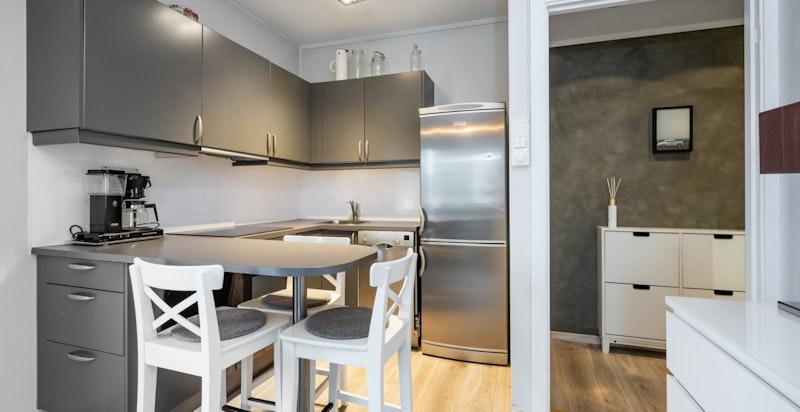 Moderne kjøkken med hvitevarer