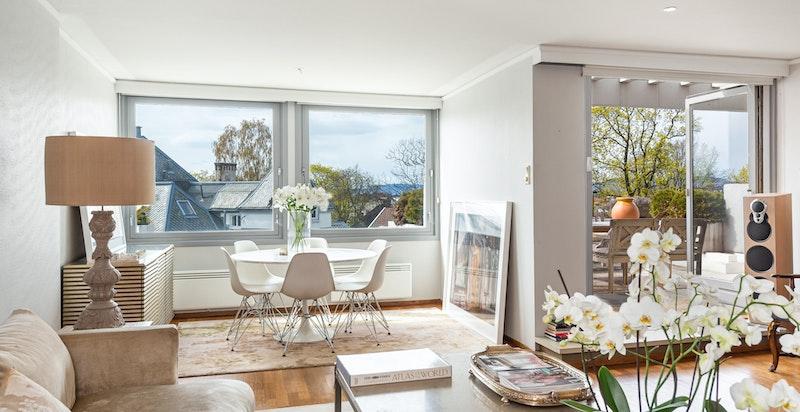 Romslig stue med utgang terrasse.
