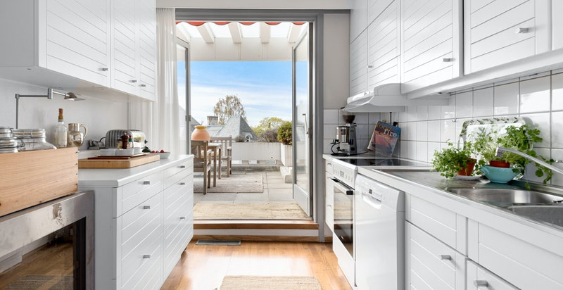 Enkelt kjøkken, med direkte utgang terrasse.